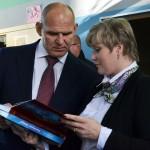 Директор школы №57 вручает книгу А.Карелину